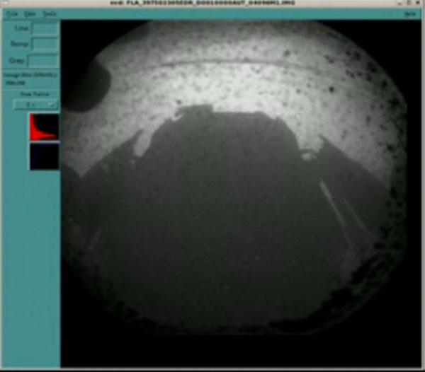 L'ombre de Curiosity posé sur Mars