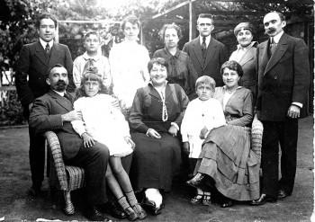La famille Fagalde vers 1913. Jean est assis à droite en bas aux côtés d'Amatchi sa mère. Son père est assis tout à gauche.